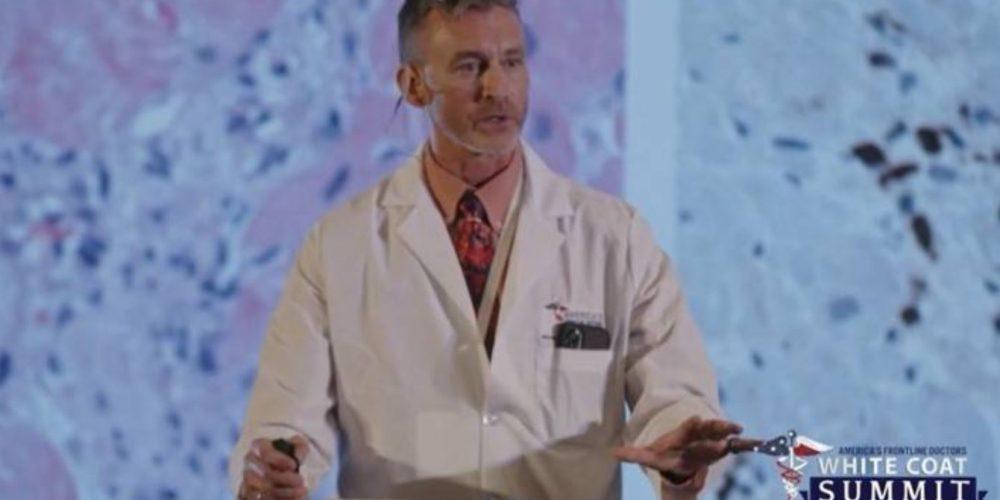 Un pathologiste montre les lésions d'organes liées aux vaccins